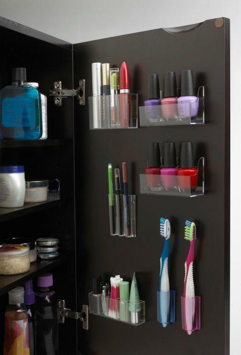 Контейнеры для косметики, зубных щеток и других мелочей можно разместить на дверце туалетного шкафчика.