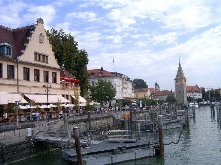 Lindau :un'isola sul lago di Costanza (Bodensee), collegata alla terraferma da due ponti e al confine tra Germania, Austria e Svizzera.