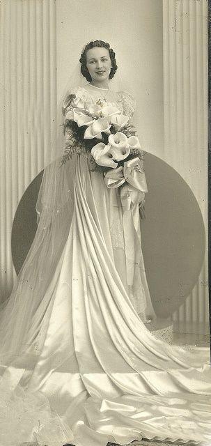 Νυφικό πορτραίτο, δεκαετίες 1930-1940    Bridal portrait, 1930s-1940s.