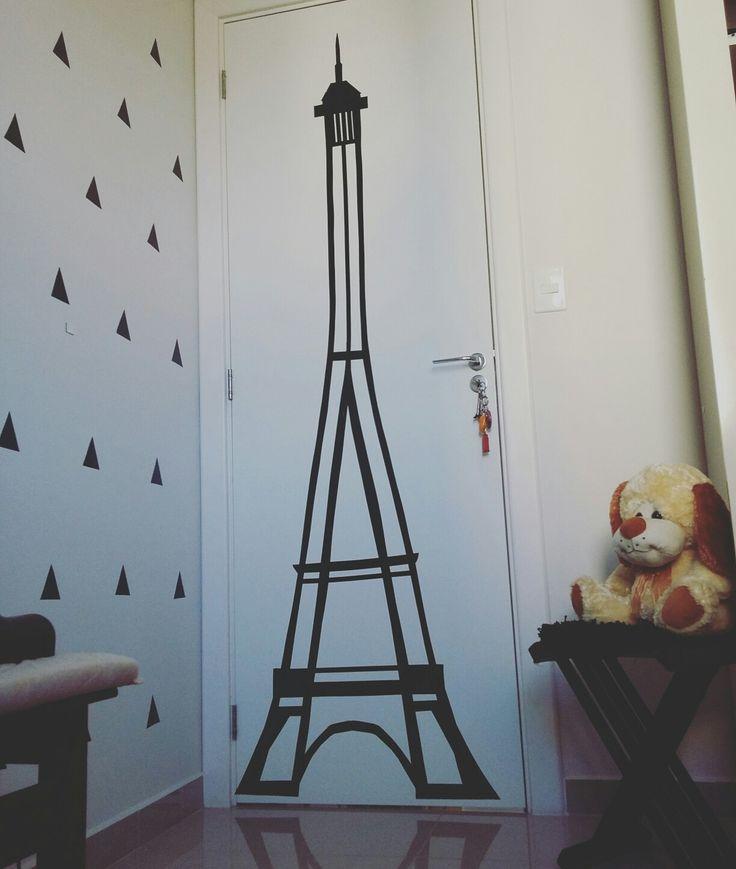 Torre feita apenas com fita isolante preta e finalizada com estilete. Por Mariana Bittencourt