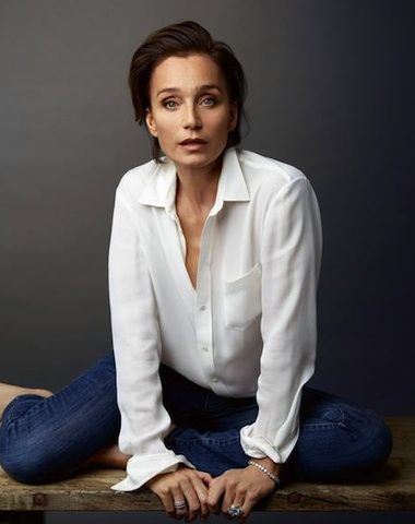 kristin scott thomas, white shirt and jeans, stylish mature women, grown up style, relaxed chic, older women style icon, style blog, grey chic