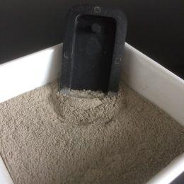 Juwelen maken uit beton  Tijdens deze workshop leer je de soorten beton en giet je zelf je eigen beton juweel. Je kan tijdens deze workshop ook een theelichtje gieten of kan je een bloemetje leren maken en afwerken uit ijzerdraad. Hiervoor kan extra materiaal aangekocht worden.