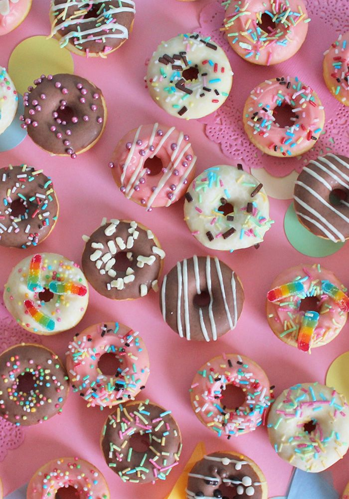 Scopri come fare le ciambelle al forno! mini donuts, super colorate! decorate con tantissimi zuccherini e cioccolato! Leggi la ricetta su Super colors! Mini donuts