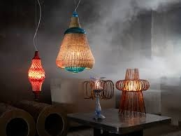 Destaques: Os brasileiros Irmãos Campana incorporaram vime, bambu e seda em uma série de lâmpadas exóticas. Para sua coleção 'Fusion', uma lâmpada azul esverdeada é envolta em uma estrutura de vime em forma de sino, o que sugere o Magrebe (a parte ocidental do mundo árabe).