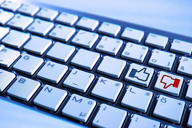 Klawiatura brudzi się najbardziej, dlatego konieczne jest jej regularne czyszczenie. Dzięki odrobinie wody i alkoholu można sprawić, że klawiatura będzie błyszczeć.