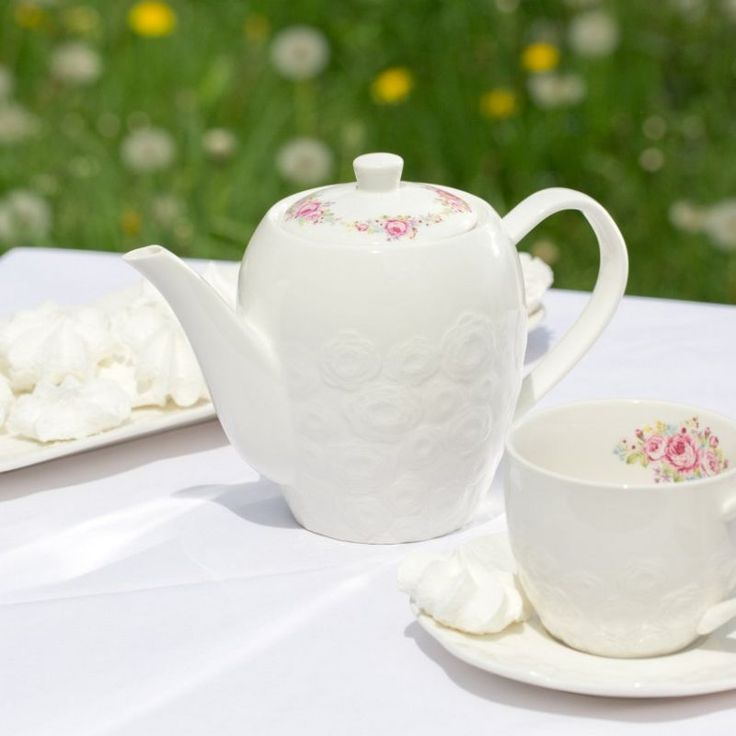 Roses kettle #dekoriapl #kettle #roses #mug #cup #porcelain #garden #inspirations #sweety #cookie #yummy