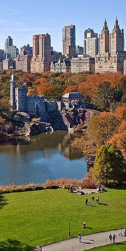 Turtle Pound y Belvedere Castle, en Central Park . Al fondo, los edificios del Central Park West