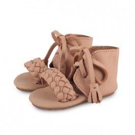59,- Meisjes zijn zomer-klaar met deze Coco sandals! Met een gevlochten band over het voetje komen de kleine teentjes goed uit. Alle Donsje producten zijn handmade geproduceerd van 100% zacht duurzaam leer. Hierdoor zitten de schoentjes comfortabel en is het een gezonde basis voor zowel baby's en peuters om zich al kruipend en lopend op een natuurlijke wijze te ontwikkelen. De kleine voetjes worden goed beschermd en hebben genoeg ruimte om zich vrij te bewegen. Al onze schoentjes/acce