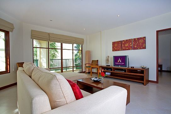 Аренда вилл и апартаментов: Эта элегантная квартира находится всего в 140 метрах от пляжа Bang Tao Beach, Пхукет. Апартаменты с двумя спальнями, одной ванной комнатой, гостиной, столовой, кухней, квартира со вкусом обставлена, рядом расположены: ресторан отеля, сауну, бассейн и большой тренажерный зал. Для комфортного отдыха семьи из 4-5 человек. * 140 метров до пляжа * шикарный курорт со всеми удобствами * бесплатный wi-fi интернет * спальные места на 5 человек * общий бассейн 270 USD в…