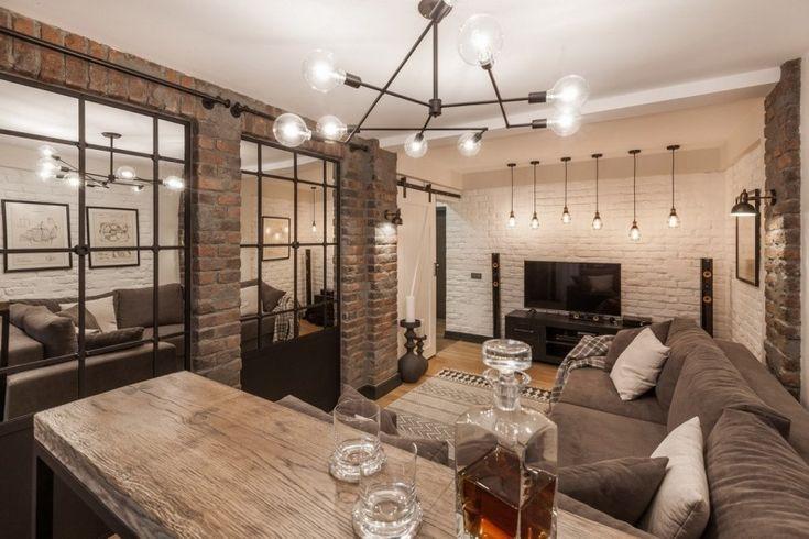 W aranżacji salonu na uwagę zasługują lustra, wmontowane w ramy okienne, które mieszczą się na jednej ze ścian....