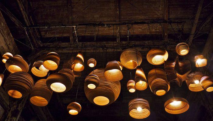 Nachhaltig erleuchtet mit Lampen aus Karton, aus regionaler Produktion und Solar-Lampen.
