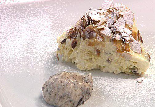 Ingredienti: Per lo sformato di panettone 2 fogli di colla di pesce1 dl di panna montata2 cucchiai di panna fresca liquida3 albumi100 g di panettone senza crostaPer la crema alla vaniglia1,2 dl di latte1,2 dl di panna60 g di zucchero2 tuorli d'uovo1/2 stecca di vaniglia.Per la crema al mascarpone:200 g di mascarpone2 dl di panna80…