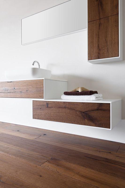 Total look in legno: per chi vuole creare una continuità tra pavimento e elementi sospesi di bagno o zona living.. Finitura elegante in rovere rusticone effetto vissuto filling nero. Un'ottima soluzione per riscaldare i tuoi ambienti