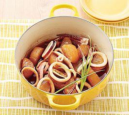 【いかと大根の煮もの】いかはやわらかく仕上げるため2回に分けて煮ます。  最後にとろみをつけると味がしっかりなじむので、お酒に合うひと皿です。  http://www.lecreuset.jp/community/recipe/squid-and-radish/