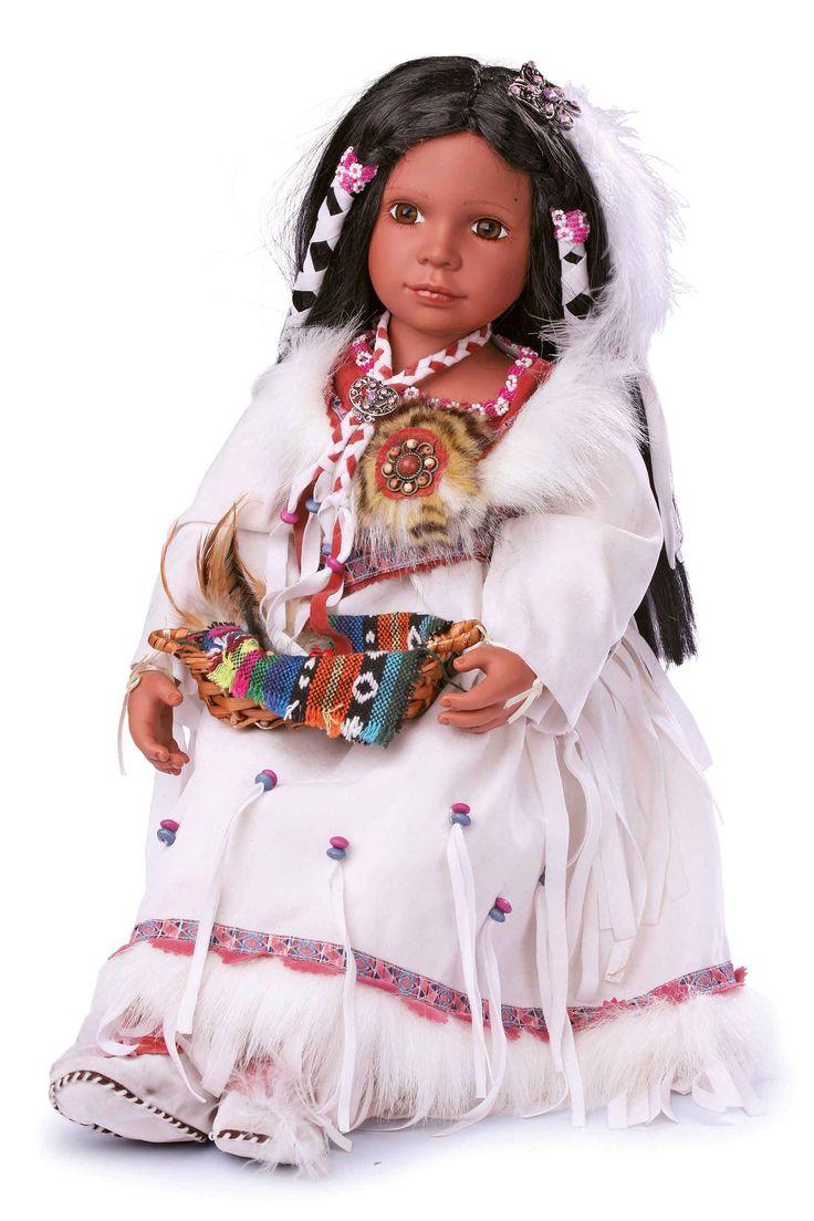 Sympathieke natuurlijke pop met hoofd en ledematen van vinyl in de stijl van de oerinwoners van Noord-Amerika. Met het ravenzwarte haar en de gedetailleerde jurk en diverse sieraden is deze kleine indiaanse een verrijking voor iedere ruimte.