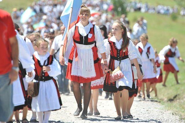 ルーマニア・トランシルバニア地方で「1千人の娘祭り」開催!