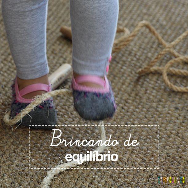 Brincar de equilíbrio ajuda a desenvolver a coordenação motora grossa das crianças. E você pode começar desde cedo.