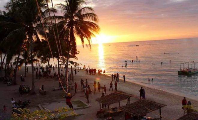 Menikmati Matahari terbenam di Pantai Kaluku.