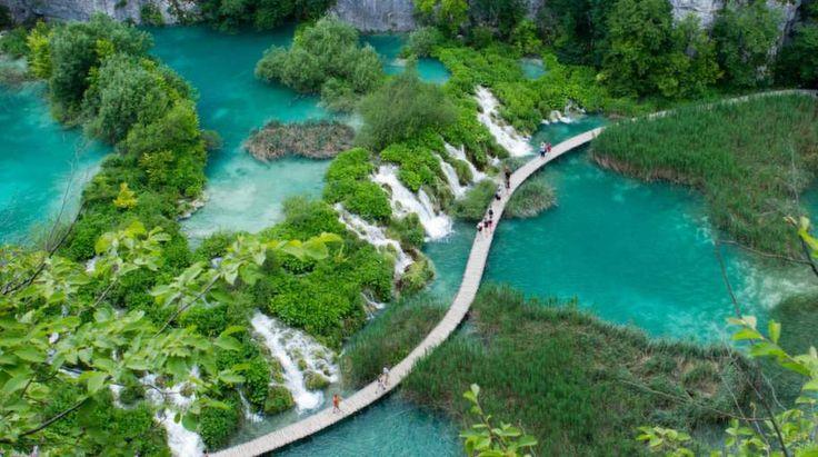 KROATIEN. Sol, bad och strandliv är det vi oftast förknippar Kroatien med. Men bortom stränderna döljer sig några fantastiska naturupplevelser. Plitvice med vackra sjöar, skogar, grottor och vattenfall. Öarna vid Kornati. Mljet med sitt grönskande inre. Och Krka där man kan bada i vattenfall. Här är fyra nationalparker som är värda en utflykt.