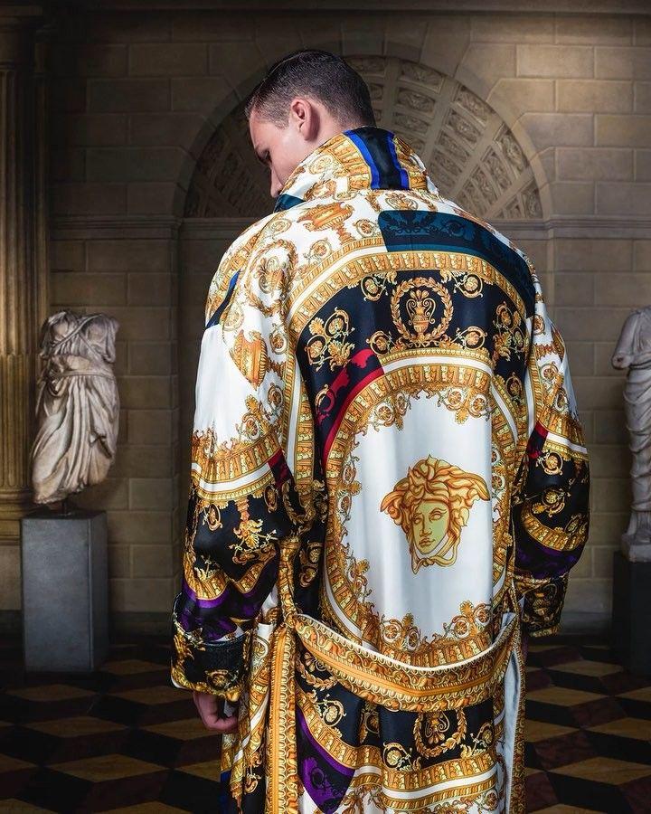 """Mi piace"": 46.7 mila, commenti: 380 - VERSACE (@versace_official) su Instagram: ""Silk on Silk. Shop the I ❤️ Baroque n' roll silk bathrobe through the link in bio. #VersaceHome…"""