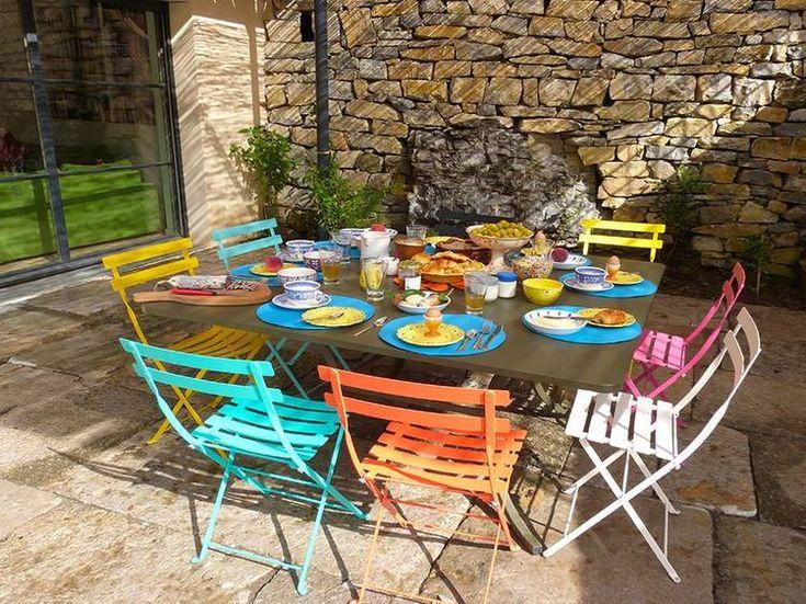 Terrasse table colorée - Chaise en métal - Gîte Mas de Saribou à VESSEAUX: location Gîte - Gîtes de France Ardèche