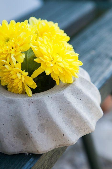 Nevyhazujte starou formu na bábovku, protože díky ní můžete vyrobit originální svícen, vázu nebo květináč; archiv redakce