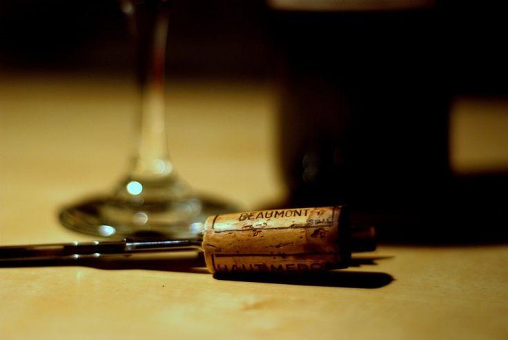 Jak otworzyć butelkę wina bez korkociągu? Porady - XMOON.PL