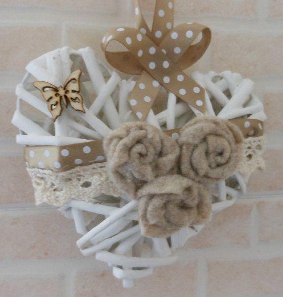 Cuore in rattan decorato a mano con fiori in pannolenci e farfallina in legno