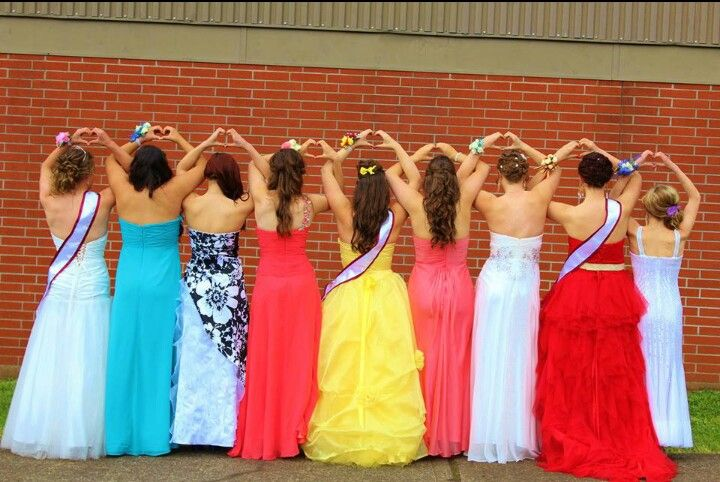 Group prom pose, picture by Emily Kirchhofer #prom