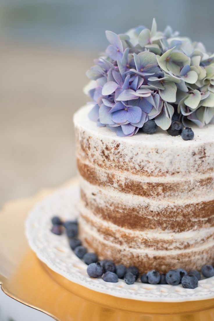 the subtle blue/green of the hydrangea give such warmth to this naked cake. lovely.
