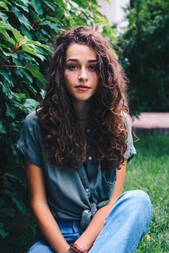 Pretty Looks with Curly Hair for a Woman Who Values Her Time