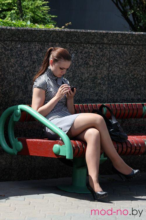 Уличная мода в Минске. Июль 2012 (наряды и образы на фото: серая мини-юбка, чёрные туфли, телесные прозрачные чулки, полосатая чёрно-белая блуза с коротким рукавом, конский хвост (причёска))