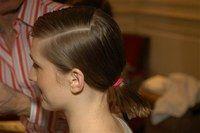 Queue de cheval basse, coiffure mouillée - Coiffures, relooking, Modèle de coiffure, idées de coupes de cheveux, photo de coiffures - Tenez l'ensemble de la chevelure à l'aide d'un gros élastique, mis de côté dans l'axe de la raie.