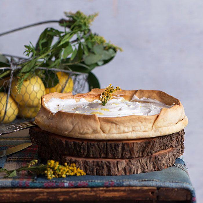 Todo un clásico de la repostería británica y estadounidense, Tarta de limón y merengue o Lemon Pie, fácil de preparar si solo tienes que hacer el relleno.
