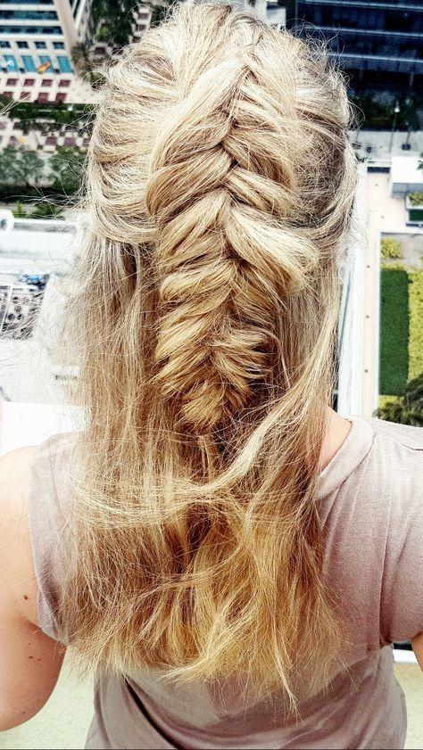 So gelingt euch die perfekte Fischgrätenzopf-Frisur mit halb offenen Haaren. Ich erklär's euch. Haare - Frisuren - geflochtene Haare - Haare flechten - einfache Frisur - Alltagsfrisur - Frisur für den Alltag - Flechtfrisuren - lange Haare - Mittellange Haare