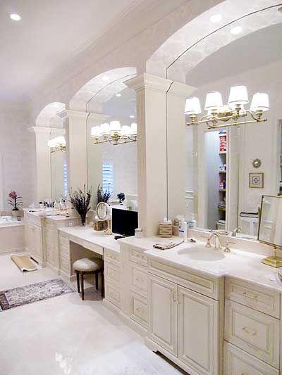 Mi baño es muy grande. En el contador es más espejos, jabón, cepillos. Peines, flores, etc. Una alfombra en el suelo, y silla. También uns televisión encima contador. Yo también puedo ver mi reflejo!