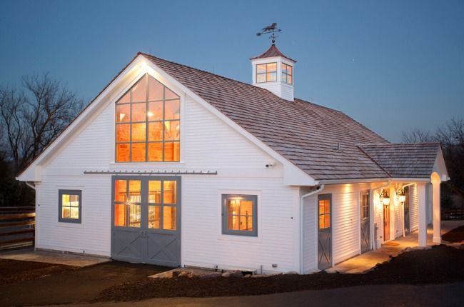 Enter another beautiful barn, it embraces a modern and classic charm. Located in Chicago, Illinois Barrington Hills Barn is a very dreamy place built by Tiedmann Enterprises. I found this place (an…