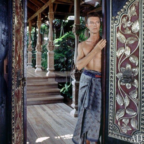 O dia de hoje amanheceu com uma triste notícia: o músico inglês David Bowie (1947-2016) perdeu a batalha contra o câncer, iniciada há 18 meses. Entre as residências que mantinha pelo mundo, estava este refúgio tropical e glamoroso, situado na paradisíaca Ilha de Mustique, no Caribe. Ele adquiriu a propriedade com estilo balinês que impressiona pela aura única do lugar. Confira a matéria completa clicando na foto. Vamos sentir saudades!