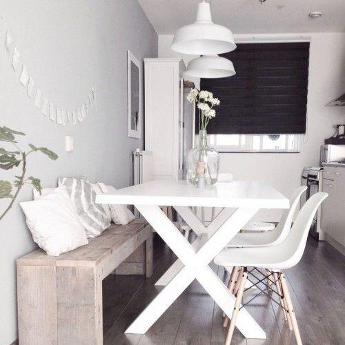 mesa de jantar para 4 pessoas. Luminárias pretas. Banco e cadeiras em madeira crua