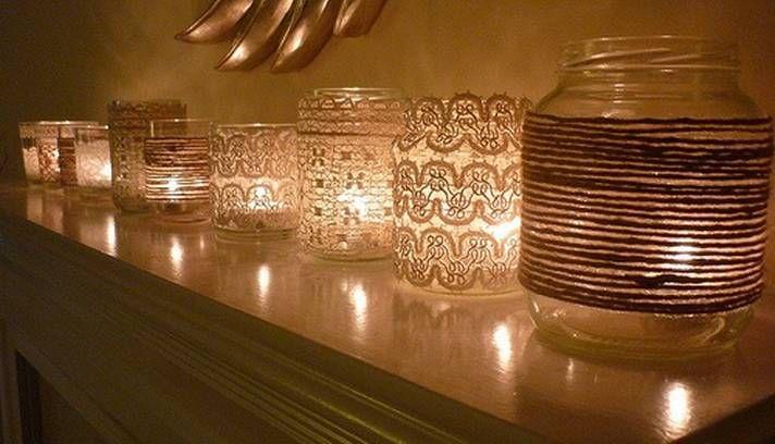 Depois das flores, bebidas e talheres, a iluminação. Use velas dentro de potes decorados com rendas ou barbantes que podem ser fixados com cola quente. A iluminação fica bem diferente  Foto: Reprodução internet