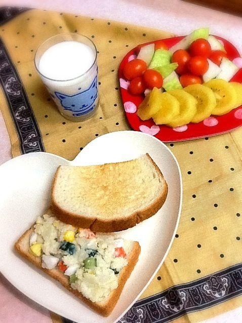 昨日作ったサラダです。<(*ΦωΦ*)>ニャ - 57件のもぐもぐ - ポテトサラダサンド by lilianhuang