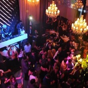 Billionaire Club  İstanbul'un en lüks otellerinden The Istanbul EDITION'da yer alan, gece hayatının popüler mekanlarından Billionaire Club'ın yeni sezonu için geri sayım başladı! Kulüp iş, sanat ve cemiyet dünyasından önemli isimleri ağırlamaya ve İstanbul gecelerine yeni bir heyecan katmaya hazılanıyor.  http://www.onlineaktivite.com/billionaire-club/