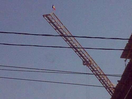 Mult mai cu spor priveşte muncitorul   Când flutură pe ceruri tricolorul.   Şi parcă cresc din glie, de la sine,  Clădirile de viaţă pline.