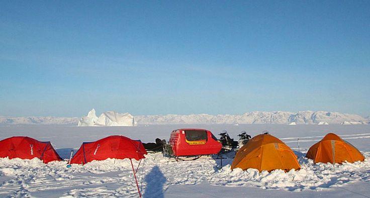 Ittoqqortoormiit. Es el pueblo más aislado de Groelandia cuya peculiar característica radica en que posee el complejo de fiordos más largo del mundo. Sólo es accesible unos cuantos meses al año por barco o helicóptero, los inviernos son largos y el mar se congela durante nueve meses, razón de peso para que sean pocos los turistas que lleguen a este remoto lugar.  Está habitado por menos de medio millar de personas que conviven con osos polares, bueyes almizcleros y focas. La ciudad fue…