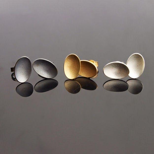 Örhängen, silverringar med inspiration av en sax, halsband och speglar. ...