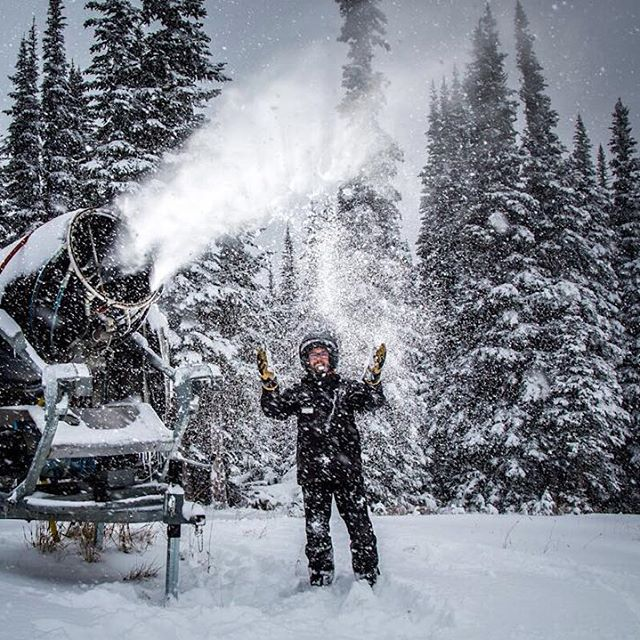 Snowmaking at @whistlerblackcomb in full force!❄️ #littlethingswhistler :Mitch Winton @coastmtnphoto