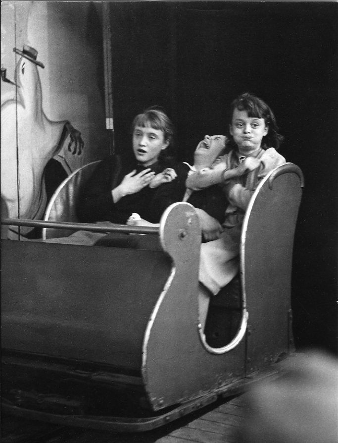 Train fantôme, avril 1953 |¤ Robert Doisneau | Atelier Robert Doisneau | Fairground Festivals