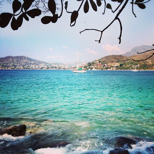 Hiking along the bay to Playa Las Gatas in Zihuatanejo, Mexico (photo by Tim Sullivan)