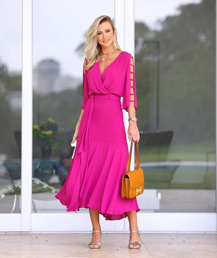 A imagem pode conter: 1 pessoa, em pé e sapatos in 2020 | Beautiful dresses, Fashion, Dresses