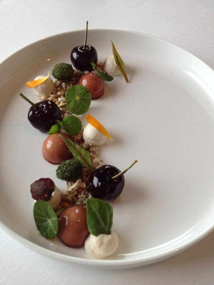 Gerecht van eendenlever en ham mousse met Cerisa kersen. Restaurant Sonoy in de oude watertoren in Emmeloord